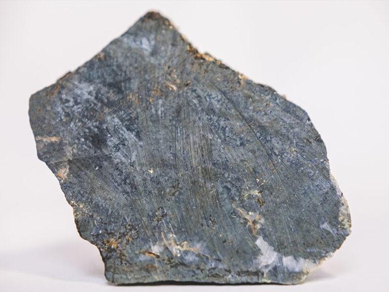 Fresh cut allanite ore